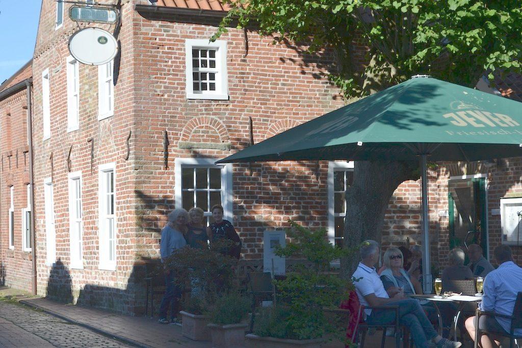 Ein Tisch und ein Kaffee im Schatten -Sommervergnügen Pilsum