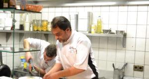 Pizzeria da Carmelo Pewsum der Küchenchef bei der Arbeit