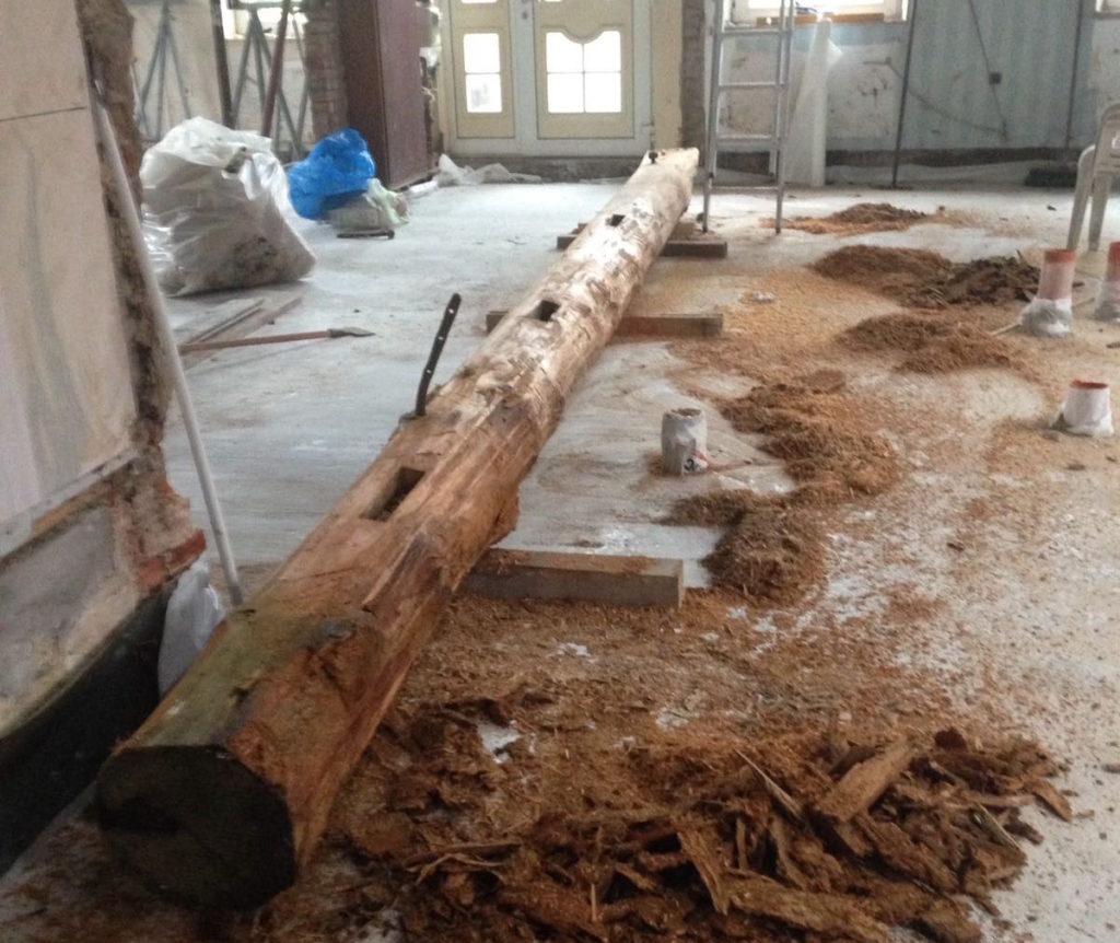 Balken liegt in Loquard und stützt bald wieder ein Dach