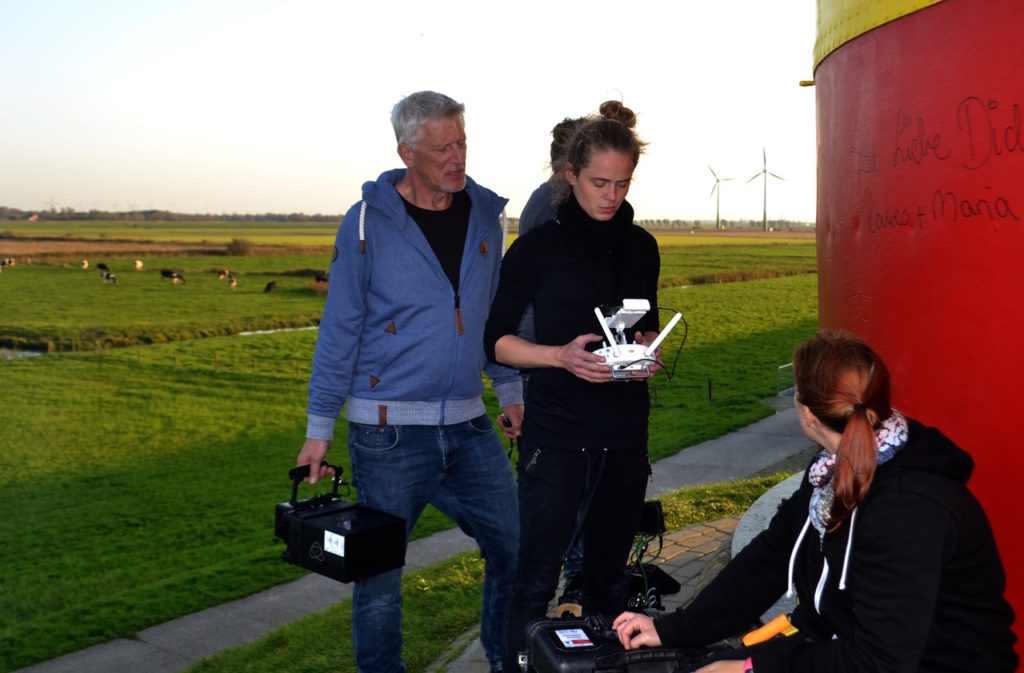 Drohnen Monitor und das Team bei der Arbeit